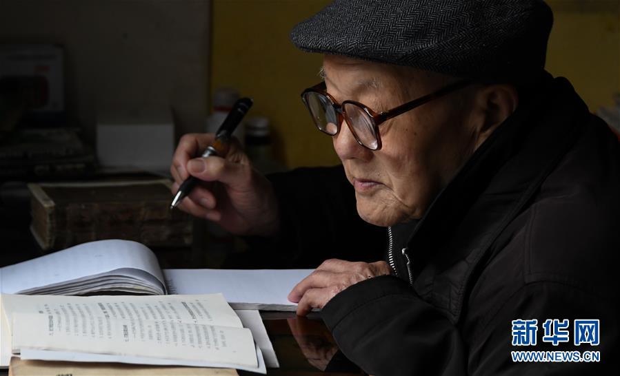 张富清在家里看书学习(3月31日摄)。 新华社记者 程敏 摄